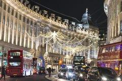 Traditionell julgarnering, Regent Street i centrala London, England, UK arkivbild