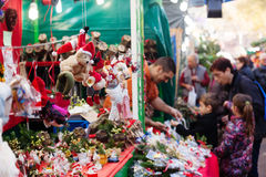 Traditionell julmarknad nära Sagrada Familia Arkivfoton