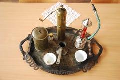 Traditionell kaffe och nargile: servered arkivbild