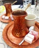 Traditionell kaffekruka, turkiskt kaffe och ratluk royaltyfri fotografi
