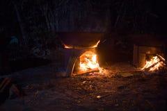 Traditionell kambodjansk en khmerbröllopmat för en festmåltidmatlagning på en brand på natten Royaltyfria Bilder