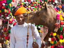 Traditionell kamelgarneringkonkurrens på kamelmelaen i Pushka Arkivbild