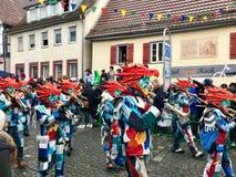 Traditionell karneval i den södra Tyskland - swabian-Alemannic Fastnacht En lokal grupp utför traditionella Guggenmusik Arkivbild