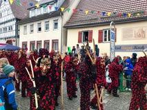 Traditionell karneval i den södra Tyskland - swabian-Alemannic Fastnacht Häxadräkter under karnevalprocessionen Arkivfoto