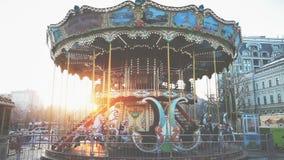 Traditionell karusell för två-våning nöjesplatstappning stock video