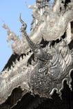 Traditionell kines Phoenix på silvertaket av buddismtempel, C Arkivfoton