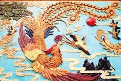 Traditionell kines phoenix på väggen, asiatisk klassisk phoenix skulptur Arkivfoto