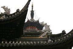 Traditionell kinesisk arhitecture på molnig höstdag royaltyfri fotografi