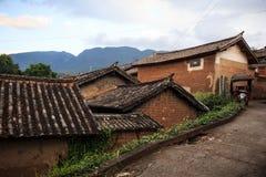 Traditionell kinesisk Bai-minoritetby i Yunnan arkivfoton
