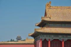 Traditionell kinesisk byggnad: gult tak, röda kolonner, utsmyckad målning Pagod i avstånd fotografering för bildbyråer