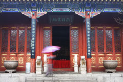traditionell kinesisk dörr Arkivfoto