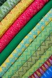 Traditionell kläder säljs in shoppar i Scott Market i Myanmar Royaltyfria Foton