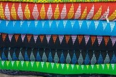 Traditionell kläder säljs in shoppar i Scott Market i Myanmar Royaltyfria Bilder