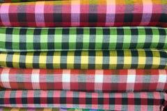 Traditionell kläder säljs in shoppar i Scott Market i Myanmar Royaltyfri Bild