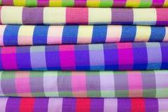 Traditionell kläder säljs in shoppar i Scott Market i Myanmar Royaltyfri Foto