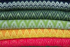 Traditionell kläder säljs in shoppar i Scott Market i Myanmar Arkivfoto