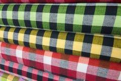Traditionell kläder säljs in shoppar i Scott Market i Myanmar Arkivbilder