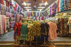 Traditionell kläderbakgrund på den gamla staden shoppar i Hoi An, staden som är berömd för dess historia, kultur och arkitektur,  royaltyfria foton