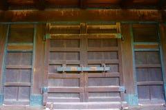 Traditionell klassisk japansk trädörr, gammal träport royaltyfri foto