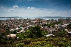 Traditionell kolonial by för Kuba av Gibara i det Holguin landskapet royaltyfri bild