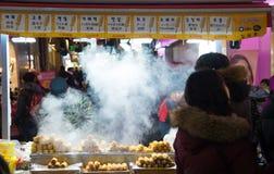 Traditionell koreansk gatamat i Seoul, Sydkorea Royaltyfria Bilder