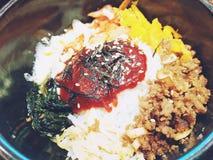 Traditionell koreansk maträtt med ris, Bibimbap, slut upp arkivbild