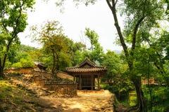Traditionell koreansk pagod och tempel Arkivfoto