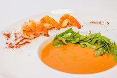 Traditionell krämig soppa med räka och persilja i platta Selektivt fokusera Gourmet- kräm- soppa för Closeup med räkor nytt royaltyfria foton