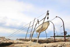 Traditionell kran för att hissa små fartyg ut ur havet Royaltyfri Fotografi