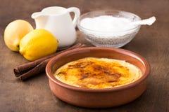 Traditionell kräm som är brulee på keramisk maträtt Arkivbilder