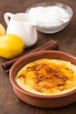 Traditionell kräm som är brulee på keramisk maträtt Fotografering för Bildbyråer