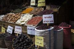 Traditionell kryddabasar med örter och kryddor i Aswan, Egypten fotografering för bildbyråer