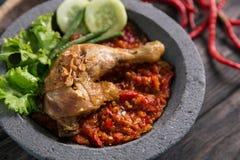 Traditionell kryddig sås eller sambal för Ayam penyet Arkivbilder
