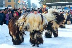 Traditionell Kukeri dräktfestival i Bulgarien Arkivbilder