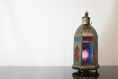 Traditionell kulör lykta på mörkt exponeringsglas Fotografering för Bildbyråer