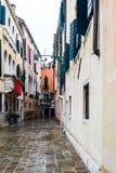 Traditionell kullerstengata och färgrika byggnader i Venedig, Italien royaltyfri foto