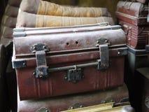 Traditionell kunglig kista med mörker - röd brunt och svart belägger med metall avslutning, över årtionden genom att använda till arkivbild