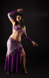 traditionell kvinna för arabisk dräktdans Arkivfoton