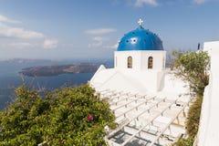 Traditionell kyrka för ortodoxblåttkupol i Grekland på en solig sommardag, med de typiska blått- och vitfärgerna Santorini Cyclad Royaltyfria Bilder