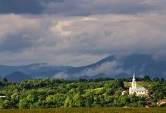 Traditionell kyrka på en grön kulle arkivfoton