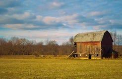 Traditionell ladugård och jordbruksmark Arkivfoto