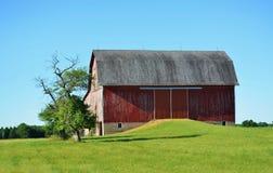 Traditionell ladugård och jordbruksmark Royaltyfria Bilder