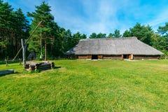 Traditionell landskoja och brunn Arkivbild