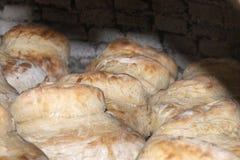 traditionell lantlig brödmatlagning på stenkolugnen arkivfoto