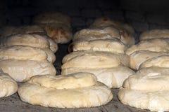 traditionell lantlig brödmatlagning på stenkolugnen royaltyfri fotografi