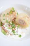 Traditionell litauisk maträttmålkokkonst - välfylld köttpotatisklimp (Cepelinai, didzkukuliaien), litauisk nationell maträtt, ost Arkivbilder