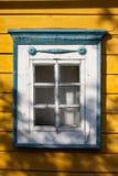 Traditionell lithuanian husdetalj - fönster Arkivfoton