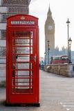Traditionell London röd telefonask och stora ben i otta Royaltyfri Fotografi