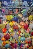 Traditionell lyktabakgrund på den gamla staden shoppar i Hoi An, staden är berömd för dess historia, kultur och arkitektur, Vietn royaltyfria foton