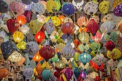 Traditionell lyktabakgrund på den gamla staden shoppar i Hoi An, staden är berömd för dess historia, kultur och arkitektur, Vietn fotografering för bildbyråer